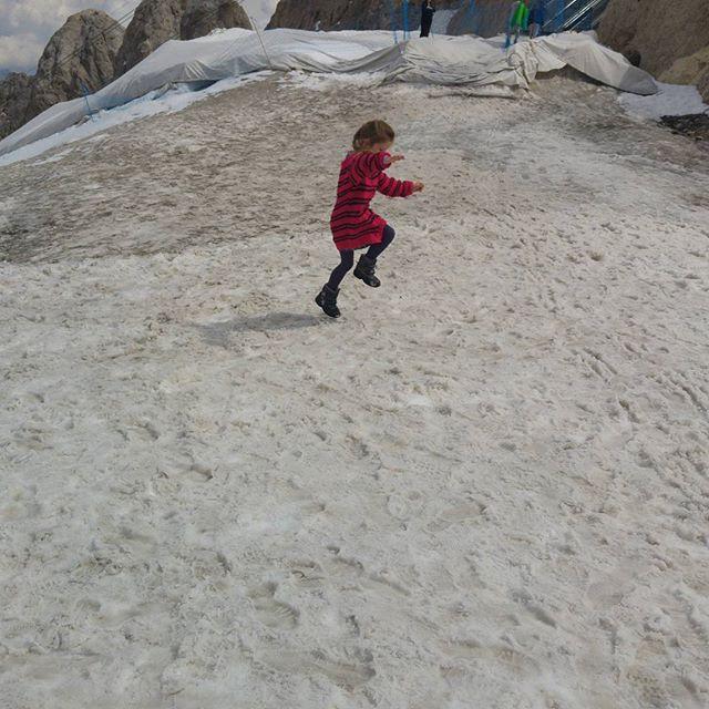 Boven aangekomen zetten we de eerste stappen op de spectaculaire gletsjer. Spannend!