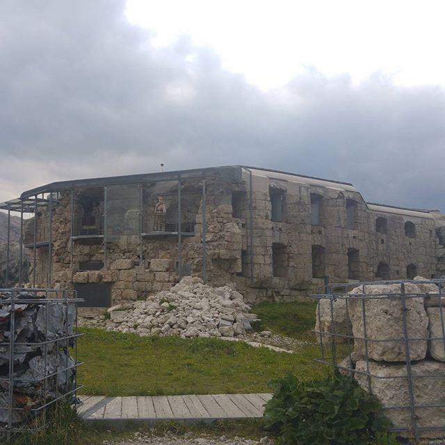 Een paar kilometer van Lagazuoi komen we bij Tre Sassi een oude oorlogsbunker tegen.