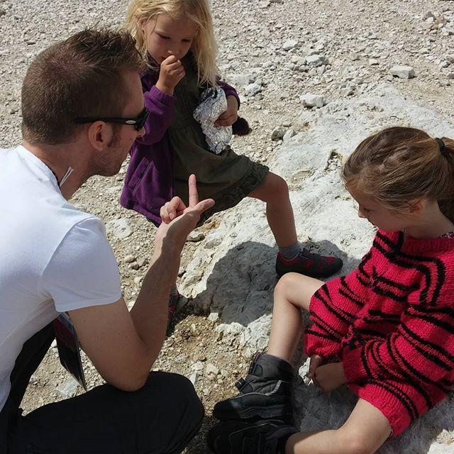Elmer legt de regels uit voor wandelen in de bergen : 1. Niet met stenen gooien, of er tegenaan schoppen 2. Bij elkaar blijven 3. Niet rennen