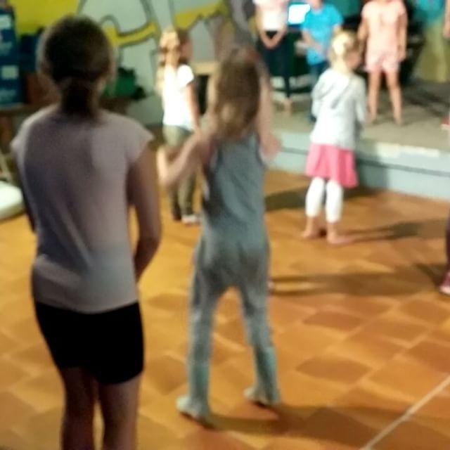 Filmpje : Lyse danst voor het eerst mee met de mini-disco