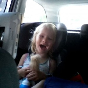 Filmpje : Na een hele lange dag in de auto zijn de meisjes gelukkig nog ontzettend vrolijk. We rijden hier net onze straat in.