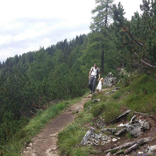 Het is een prachtige route maar soms is het zo steil naast het pad dat papa en mama niet zonder handje durven.
