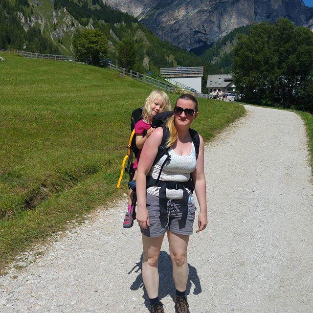 Na het Adventure Park door naar de kabelbaan vlakbij de Camping. Nova voor het eerst in de draagrugtas!