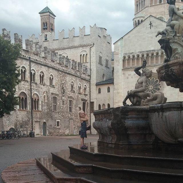 Nova was dol op deze fontein in Trento. Lekker nat spatten.