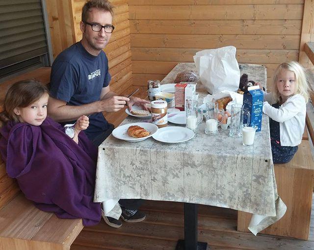 Ontbijt buiten bij het huisje