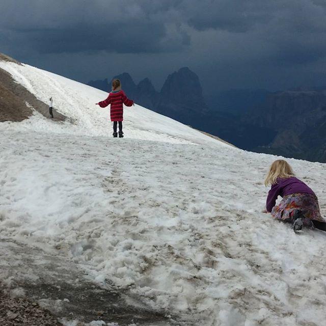 Terwijl de meisjes in de sneeuw spelen, begint Elmer aan z'n klim naar de top.