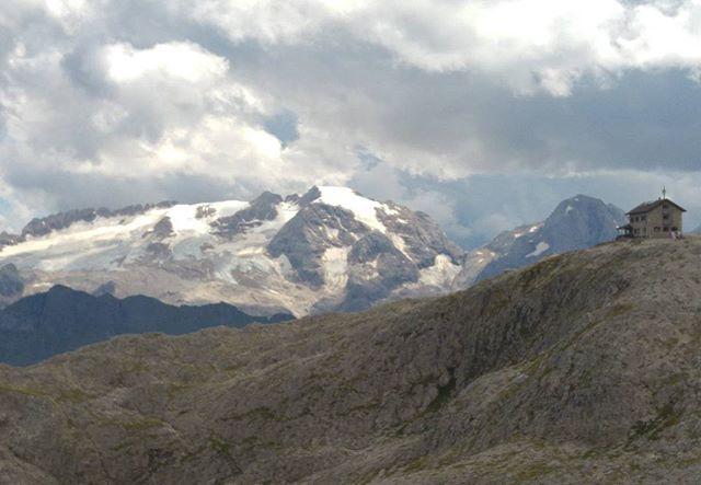 Uitzicht op de Marmolada. De hoogste piek in de Dolomieten. Als het goed is gaan we daar ook nog omhoog de komende dagen. De kabelbaan brengt je dan tot 3300 (!) meter.