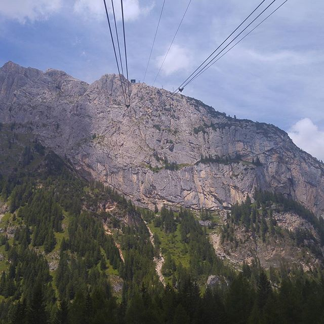 Vandaag (woensdag) gaan we iets heel erg gaafs doen. De vorige kabelbaantjes vallen hierbij in het niet: we gaan naar Punta Rocca op 3.300 meter en komen daarbij uit boven de Marmolada-gletsjer!