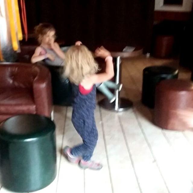 Filmpje : dansende meisjes, nog van de vakantie