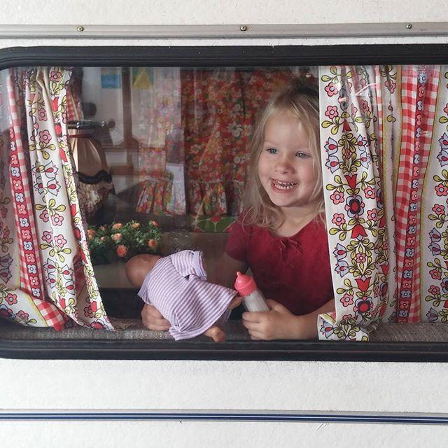 Nova in een oude caravan bij een workshop op het buikslotermeerplein