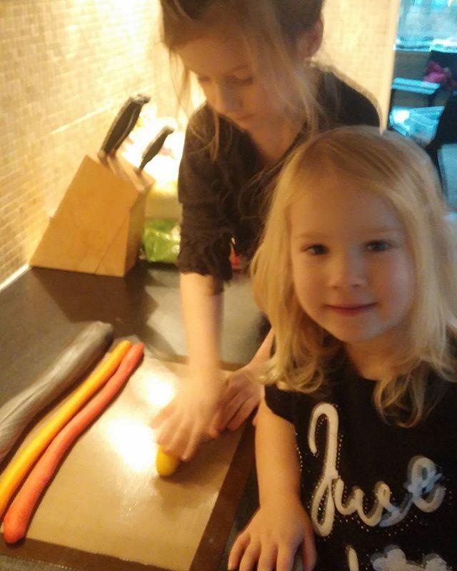 'Helpen' met de taart maken.