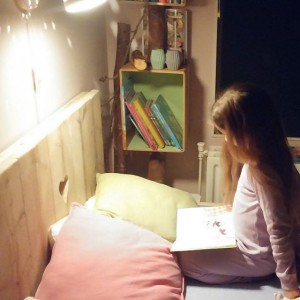 Lyse leest in haar nieuwe bed.