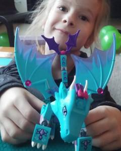 Na ruim een uurtje lego'en had ze 'm in elkaar, haar lego elves waterdraak! Supertrots!