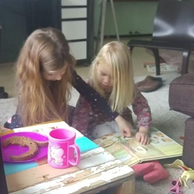 Filmpje: Lyse en Nova 'lezen' samen een boek