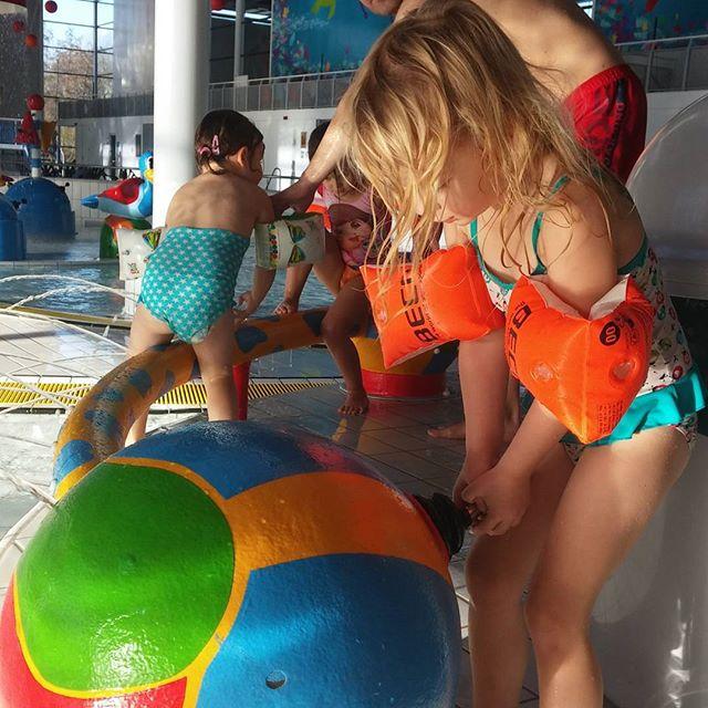 Middagje zwembad met Nova, Lyse en Myrthe