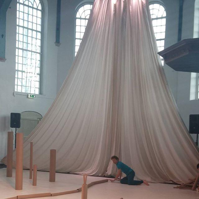 Mooi decor bij de voorstelling 'Kokers' in de Buiksloterkerk vanmorgen.
