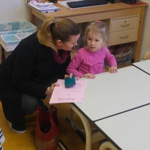 Aangekomen in de klas!! Voor het eerst aan haar eigen tafeltje. Lekker veilig dicht bij de juf…