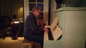 Filmpje: de pianostemmer is geweest! De piano klinkt weer prima!