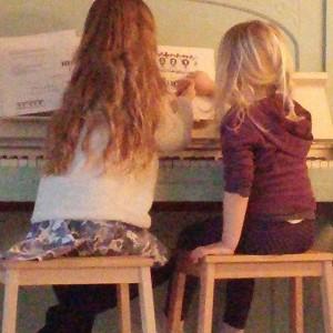 Lyse leert zichzelf en Nova piano spelen
