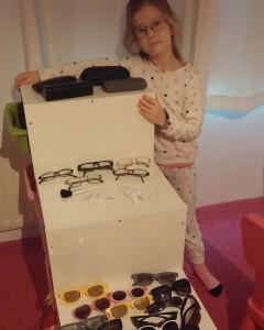 Lyse met haar brillenwinkel.