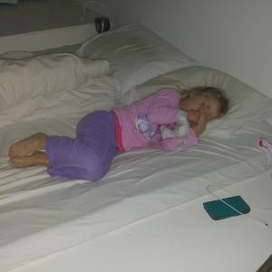 Vandaag is Nova's eerste schooldag! Ze gaat voor het eerst wennen bij juf Lies en juf Djoeke, dezelfde juffen als toen Lyse in de onderbouw zat. Nova doet alsof het haar allemaal koud laat, maar ondertussen vindt ze het best spannend, getuige ook het ongelukje in bed vannacht…  Wel heel goed verder in haar eigen bed geslapen en zelf vanmorgen uit bed gekropen. Papa en mama en Lyse vinden het stiekem ook best spannend…