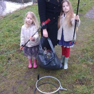 Vanmiddag hebben we een paar uur vuilnis geraapt in ons buurtje. Erg dankbaar werk. Het is erg opgeknapt!