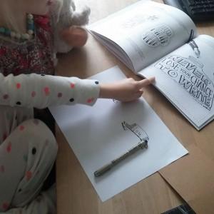 Lyse vindt het ook heel interessant en is alvast gaan oefenen. De inktpot op het plaatje in het boek wil ze vanmiddag gaan maken.