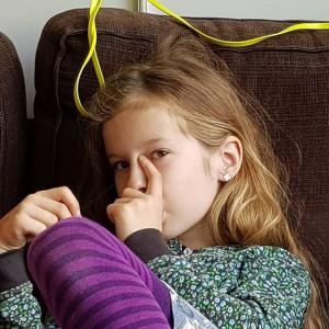 Lyse haar wenperiode van haar oorbellen is voorbij. Zojuist heeft ze haar nieuwe oorbellen in gedaan.