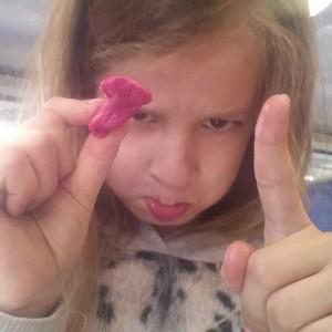 Lyse is boos op haar bubblegum omdat het bellenblazen niet lukt.