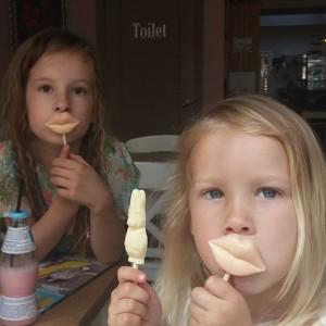 Chocola eten bij koffie en cacao in Monnikendam, wat een verwennerij, en wat een mooie meisjes!