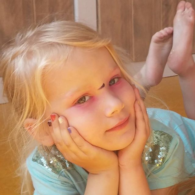 Nova heeft een make-upje gekregen van een meisje op de bso. Ik vind haar prachtig! Ook zonder make-up trouwens..