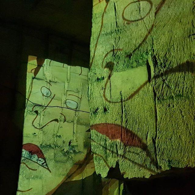 Aan het einde van de treinrit konden we doorlopen naar het oudste deel van de grot. Daar was een soort mediashow bezig over MTV. Geinig gedaan.