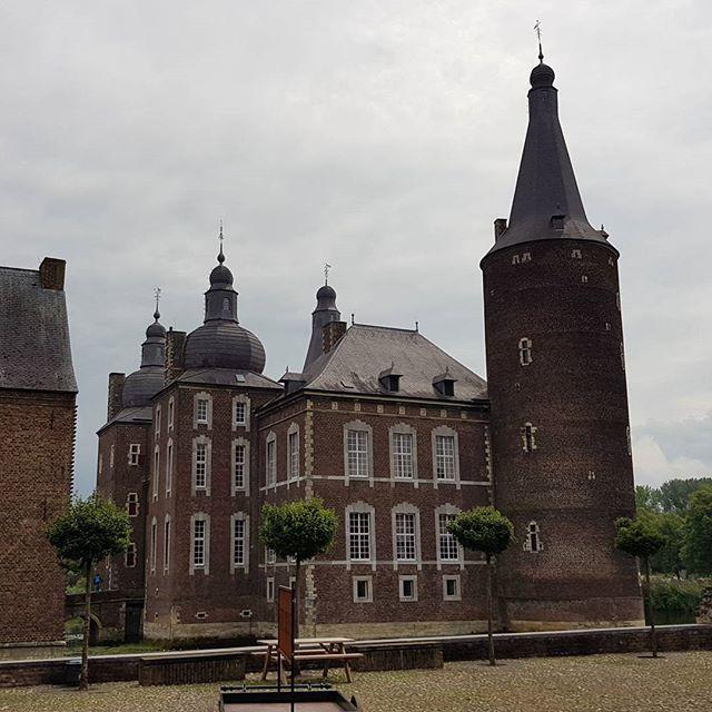 En daarna door naar Kasteel Hoensbroek. Met leuke middeleeuwse spelen op het plein.