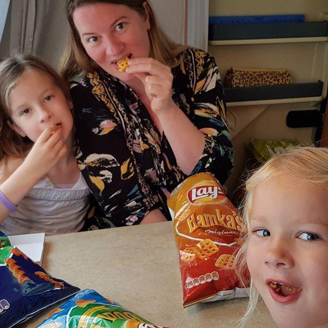 Het regent nog steeds, dus we mogen lekker binnen in de caravan chips eten. En het Amsterdam-Noord-kwartet spelen.