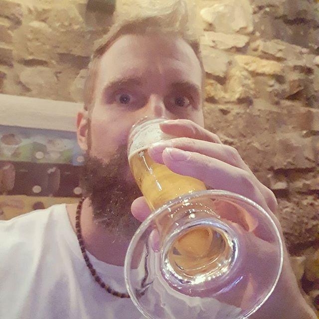 Ik wilde bier halen voor bij de tent, maar dat mocht niet. Dan maar even snel een biertje bij het restaurant opgedronken.