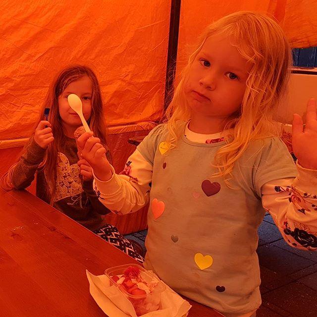 Na de wandeling nog ijs gegeten. Lyse heeft een.... lepel voor d'r kop.