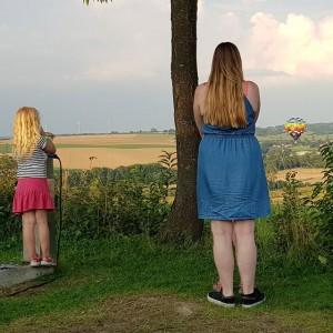 Toen we weer op de camping waren kregen we nog onverwachts bezoek: een luchtballon die wilde gaan landen in het weiland voor onze caravan, de grond volgens ons al geraakt had en toen toch besloot om weer op te stijgen. Vreemde actie.