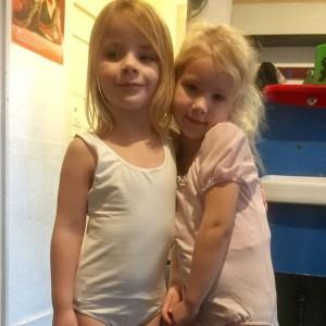 Nova mocht met haar vriendinnetje mee naar balletles. Dolgelukkig!