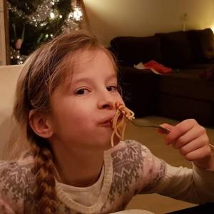 """Wonder 1: Lyse eet spaghetti met tomatensaus. """"mama dit is echt super lekker, mag ik meer?"""""""