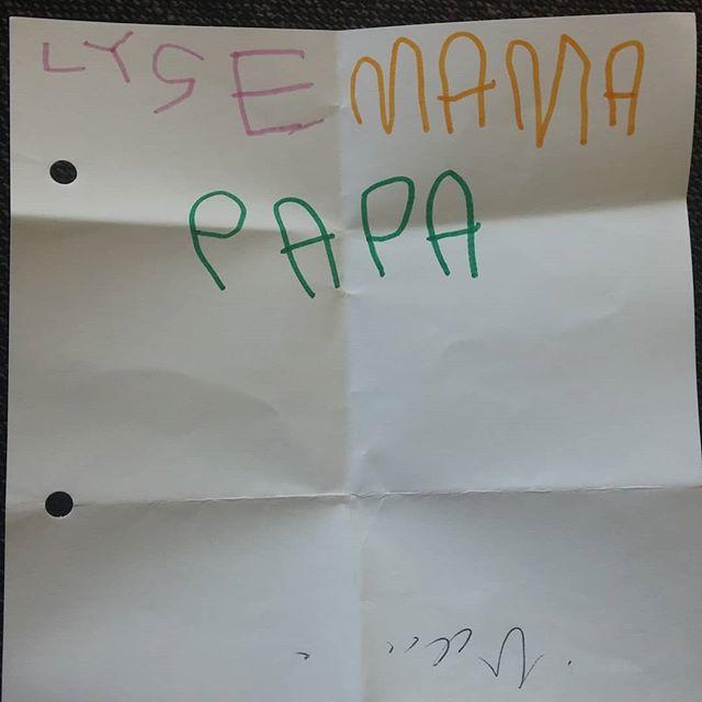 We kregen dit briefje zojuist van Nova met onze 'namen' geschreven in onze lievelingskleuren. Supertrots
