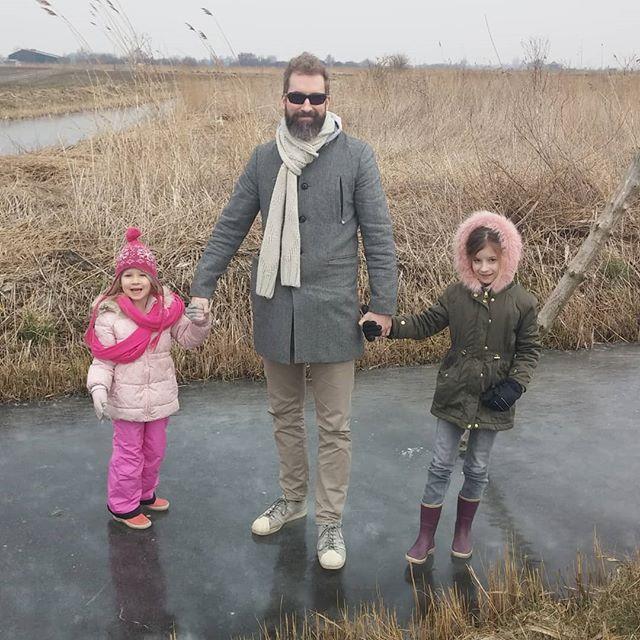 Rondje waterland gereden vanmorgen, is waren veel mensen op het ijs.