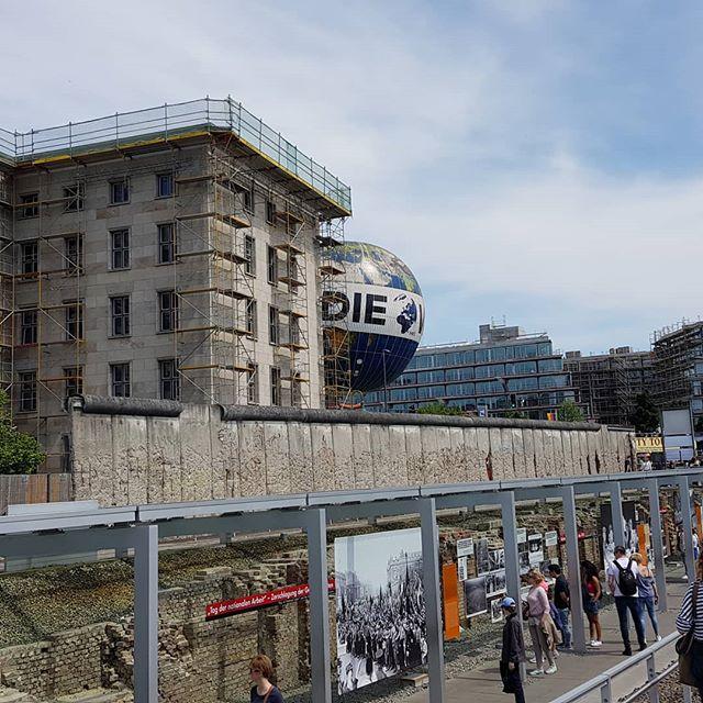 Topography of Terror. Locatie van het voormalige hoofdkantoor van de Gestapo. Je ziet nog overblijfselen van de martelkelders. Inclusief luchtballon op de achtergrond waar we nog in wilden maar die helaas niet vloog vanwege harde wind.