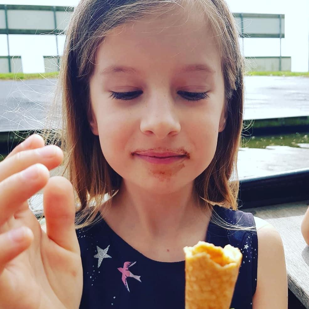 Meisje met (chocolade) ijsje
