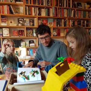 Lego bouwen met 'de expert' tijdens de kinderboekenweek bij boekwinkel over het IJ.